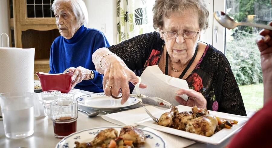 """Hjemmelavet mad til de ældre på Hvalsø Ældrecenter fotograferet. Der bliver serveret ovnstegt kylling, ratatouille og bådkartofler. Bente Bruun (th.) giver kyllingen topkarakter. """"Kyllingen er rigtig sprød, og så er det store stykker, """" siger hun."""