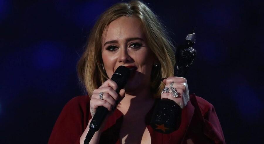 Tårerne trillede, da Adele vandt fire Brit Awards.