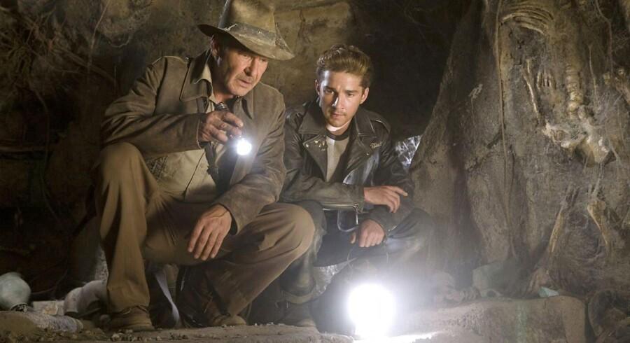 Indiana Jones og Mutt Williams fra filmen »Indiana Jones and the Kingdom of the Crystal Skull« fra 2008. I filmens univers er den journal, som nu er dukket op på et universitet i Chicago, skrevet af Mutts morfar, professor Ravenwood.