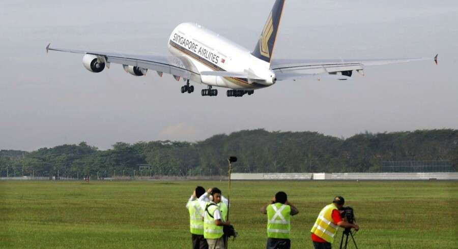 Singapore Airline's Airbus A380, the world's biggest jumbo jet, takes off on its first commercial flight from Singapore October 25, 2007. REUTERS/The Straits Times/Handout (SINGAPORE) SINGAPORE OUT TEMPLATE OUT.NO ARCHIVES.NO SALES.
