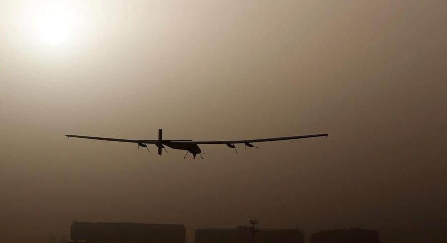 Et vingespand på 72 meter med 17.000 solceller og fire motorer skal bringe to piloter jorden rundt i fly - uden hjælp fra en eneste dråbe brændstof.