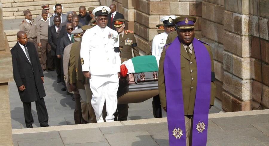 Onsdag morgen blev afdøde Nelson Mandela kørt til regeringshovedkvarteret i Pretoria, hvor han de næste tre dage frem vil blive lagt frem på lit de parade. Sydafrikanerne får dermed mulighed for at tage en sidste afsked med deres tidligere præsident, inden han søndag flyves til Qunu, hvor begravelsen foregår. Tusinder var mødt op for at følge begravelseskortegen gennem Pretoria.