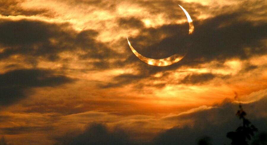 31. maj 2003 kunne de morgenfriske danskere opleve en delvis solformørkelse – her set fra Søllerød nord for København kl. 05.36. Arkivfoto: Mogens Ladegaard