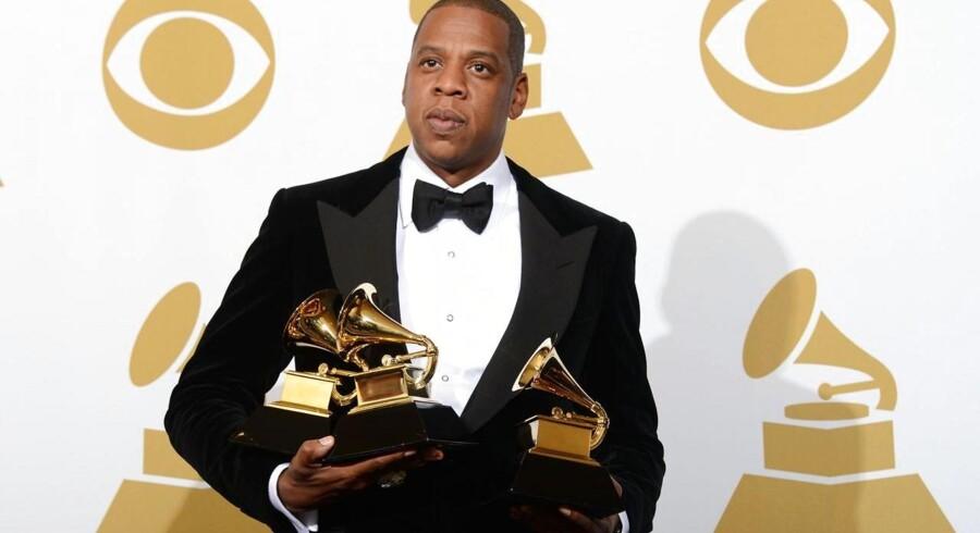 Hiphopstjernen Jay-Z, alias Shawn Carter, som her ses med sit Grammy-trofæ i 2013, er ny ejer af musiktjenesten Wimp. Arkivfoto: Robyn Beck, AFP/Scanpix
