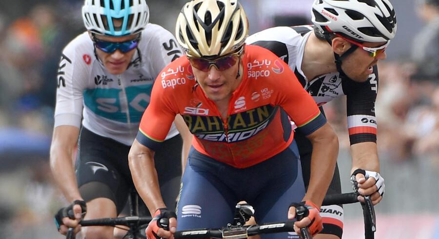 Chris Froome (tv) viste sig fra sin stærkeste side, da han fredag nedlagde konkurrenterne i Giro d'Italia. Daniel Dal Zennaro/arkiv/Ritzau Scanpix