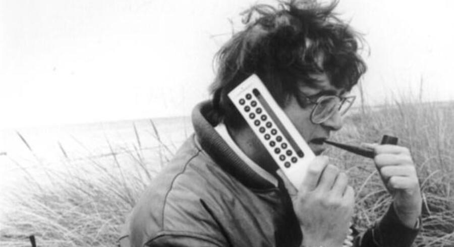 De første mobiltelefoner var ikke særligt mobile, men havde oftest deres plads i bilen. På fotoet fra 1986 er telefonen dog kommet med ud i naturen.