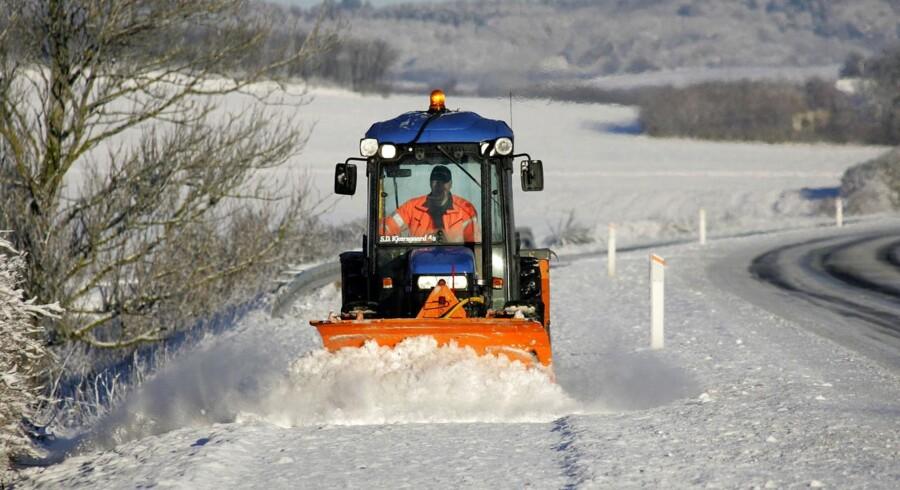 VINTERVEJR: Sne og frost satte sit præg på Nordjylland. Her er det en snerydder på arbejde ved Hjallerup Nord for Aalborg.