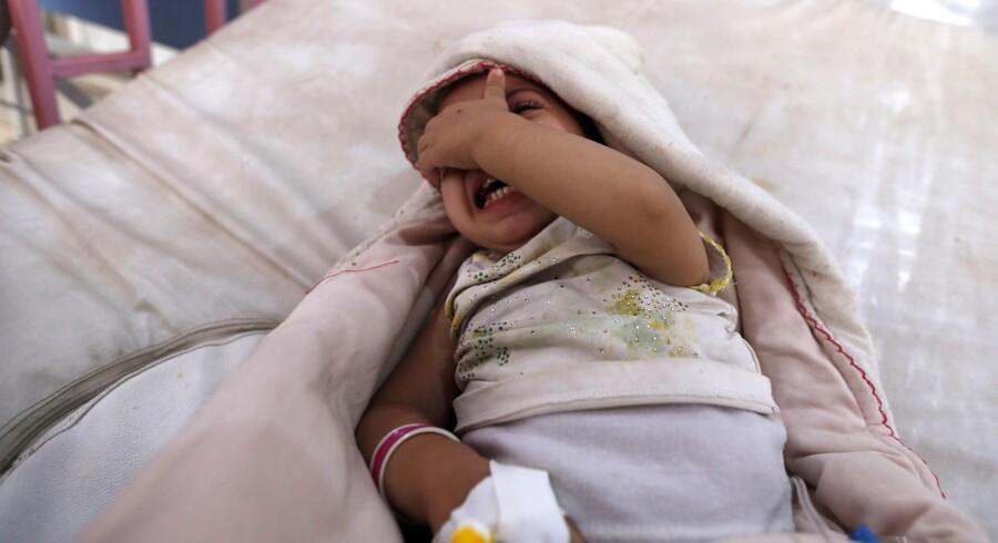 I krigsramte Yemen er sundhedssystemet brudt sammen. De uhygiejniske forhold har fået en koleraepidemi til at sprede sig i landet. Scanpix/Mohammed Huwais
