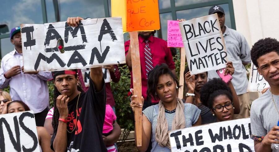 Demonstranter har indtaget gaderne i North Charleston for at vise deres utilfredshed med, at endnu en sort mand er blevet skudt og dræbt af en hvid betjent. De kræver borgmesterens afgang.