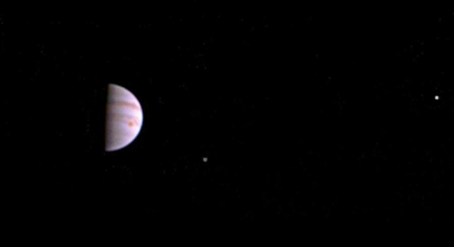 Fem dage efter, at Juno gik i kredsløb om Jupiter i juli sidste år, tog rumfartøjet dette billede af planeten. Scanpix/Nasa