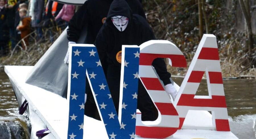 NSAs massive aflytning lægger pres på USA og amerikanske virksomheder. Her er emnet blevet taget under kærlig behandling under karnevallet i Schramberg i Tyskland i begyndelsen af marts, hvor »USA« er blevet til »NSA«. Arkivfoto: Patrick Seeger, EPA/Scanpix
