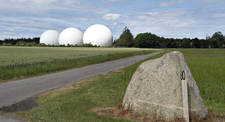 Også danskerne er blevet masseovervåget af den amerikanske efterretningstjeneste NSA. Den ene af Forsvarets Efterretningstjeneste (FE) to »indhentningsstationer« ligger i Skibsby nær Hjørring i Vendsyssel. De seks store, glasfiberklædte såkaldte radomer - en sammentrækning af ordene »radar« og »dome« - har præget landskabet siden 2002. Den tidligere efterretningsansatte Edward Snowden har blandt andet afsløret et muligt samarbejde mellem FE og NSA. Arkivfoto: Henning Bagger, Scanpix