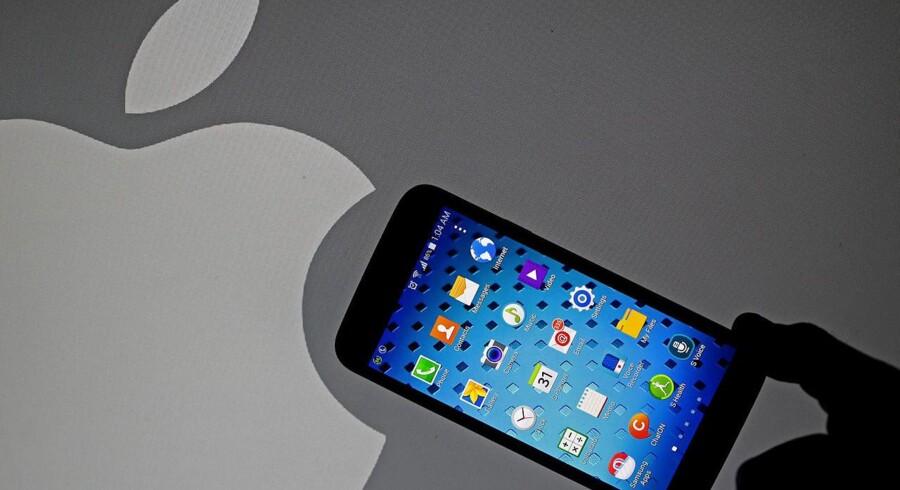 Både Apple og Google har lagt automatisk kryptering af folks personlige data ind i deres nye styresystemer, og det volder myndighederne store kvaler, fordi de ikke længere kan aflytte og tilgå indholdet. Arkivfoto: Dado Ruvic, Reuters/Scanpix