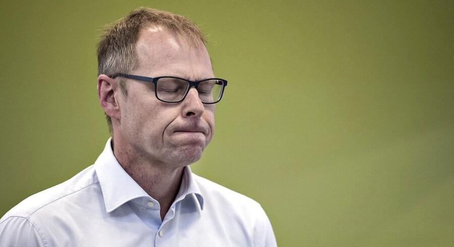 Nykredits direktør Michael Rasmussen mødte mandag eftermiddag sine utilfredse kunder på afdelingen i Hjørring. Her ses Michael Rasmussen ved mødet.