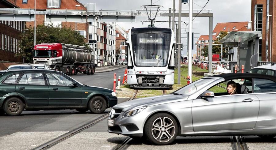 Arkivfoto: For kun en uge siden kørte to biler ind på Letbane-skinnerne i nærheden af krydset. Hverken personer eller biler kom til skade, men tidligere er en bil blevet skadet, da den blev ramt af Letbanen ved samme kryds.