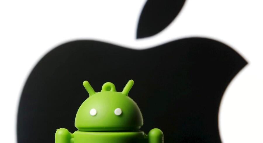 Både Apple og Samsung vinder bedre fodfæste i Danmark, hvor mængden af leverede Apple iOS- og Google Android-telefoner til salgsstederne er stort set ens. Arkivfoto: Dado Ruvic, Reuters/Scanpix