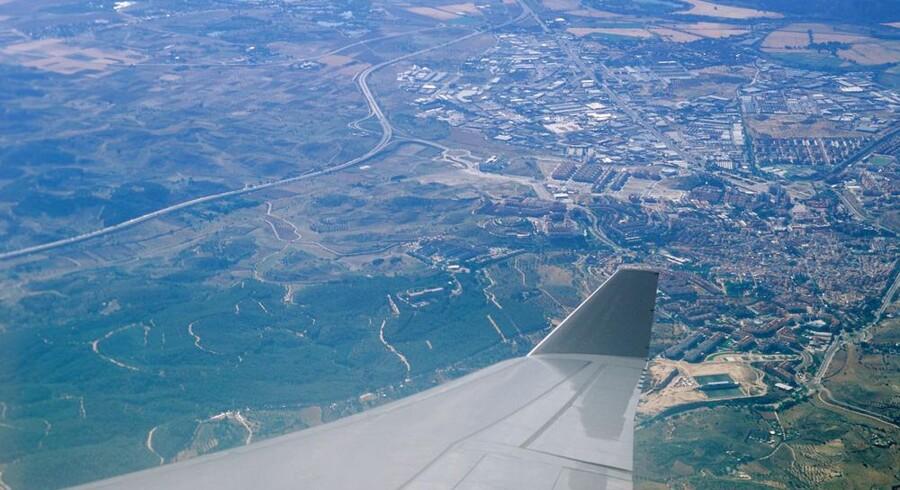 Ved hjælp af en lille boks om bord på et fly kan de amerikanske myndigheder narre mobiltelefoner på Jorden til at koble sig på flyets falske mobilmast i stedet for den normale mobilmast, så man let kan indsamle oplysninger om og fra mobiltelefonen. Arkivfoto: Iris/Scanpix
