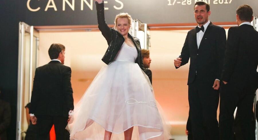 Claes Bang med Elisabeth Moss i hvidt skrud og læderjakke på vej til gallapremiere på »The Square« lørdag aften.