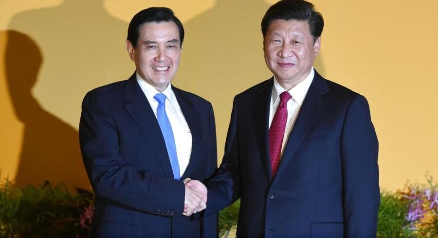 Kinesiske Xi Jinping (th) trykker hånd med Taiwans Ma Ying-jeou.