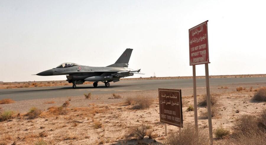 Danske F-16-kampfly lander på Ahmed Al Jaber-basen i Kuwait.