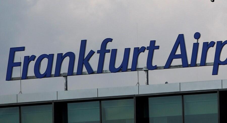 En Lufthansa-maskine flyver over lufthavnen i Frankfurt. Så heldige var 274 passagerer på et srilankansk fly ikke forleden, da flyets pilot mødte beruset op i den sydtyske lufthavn. Flyet kom slet ikke i luften. Reuters/Lisi Niesner