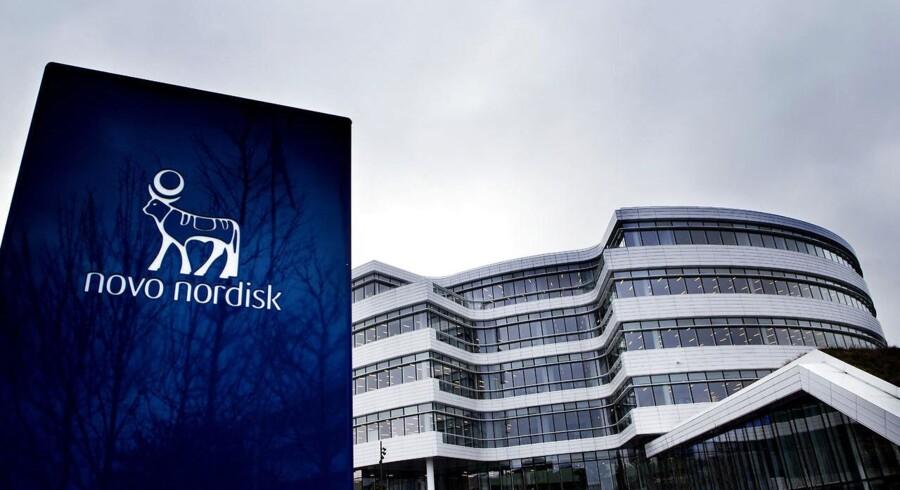 Novo Nordisk, der faldt med 15 pct. fredag, stiger mandag morgen med 0,5 pct. til 238,60 kr. efter ændring af anbefalinger og kursmål fra flere finanshuse af aktien.