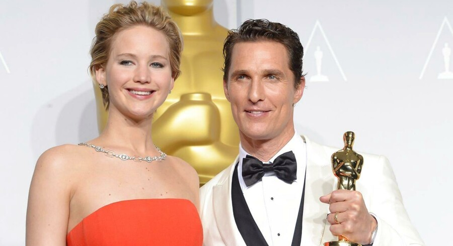 Matthew McConaughey (th) vandt en oscar for hans rolle i filmen »Dallas Buyers Club«. Til venstre ses skuespillerinden Jennifer Lawrence. AFP PHOTO / Joe KLAMAR