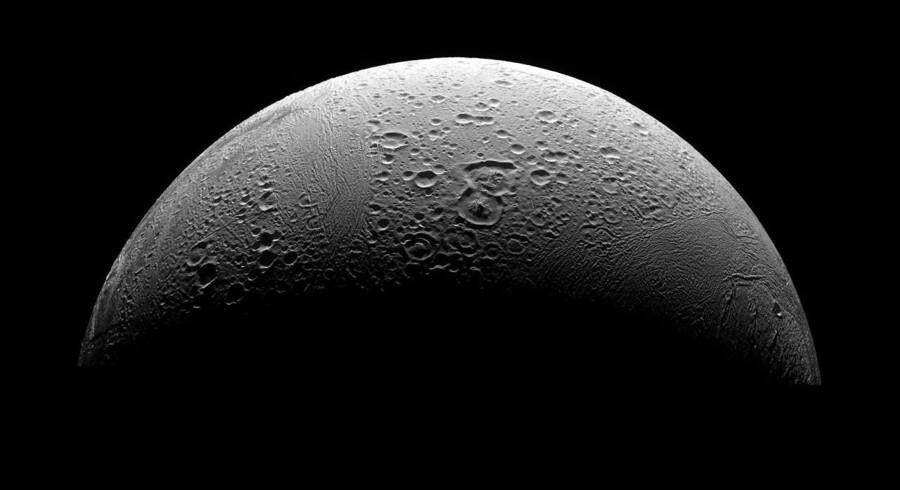 Nordpolar-regionen af Enceladus, hvor fotografier har vist gejsere, der udspyr iskrystaller. Foto: NASA/Reuters