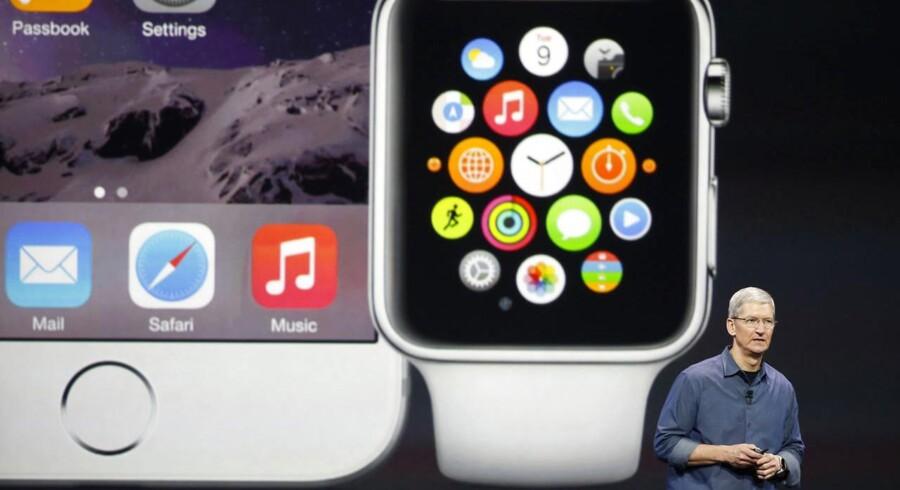 Det blev en iPhone 6 og et Apple Watch-smartur, da Tim Cook i september 2014 stod på scenen. Præcis på årsdagen, 9. september, ventes han at trække en ny iPhone 6S op ad lommen. Arkivfoto: Stephen Lam, Reuters/Scanpix