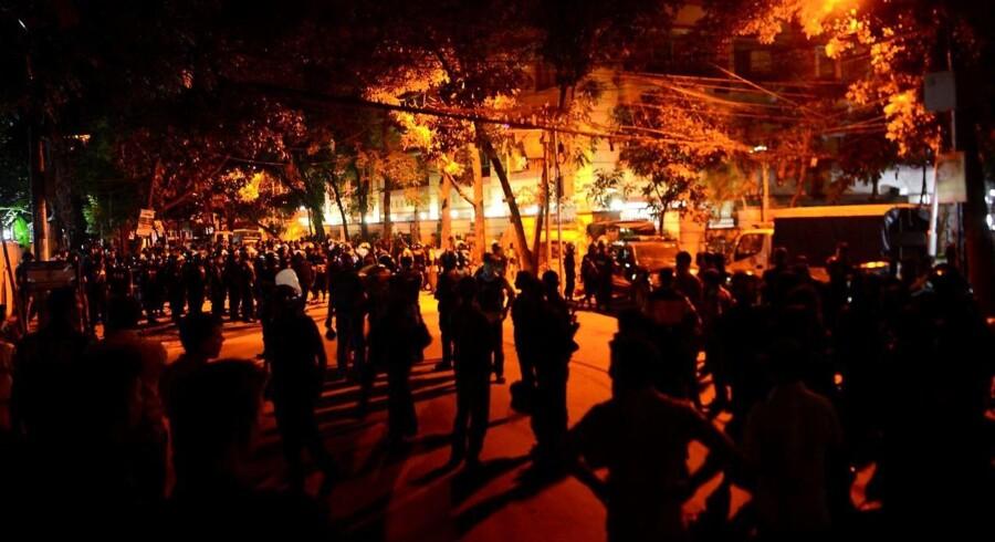 Sikkerhedsstyrker uden for restauranten, som tidligere fredag aften blev angrebet af bevæbnede mænd i et diplomat-distrikt i Dhaka i Bangladesh, hvor der angiveligt blev taget gidsler, og flere blev meldt dræbt i kampe mellem politiet og de formodede islamister. Oplysningerne var dog sent fredag aften endnu ikke bekræftet fra officielt hold.