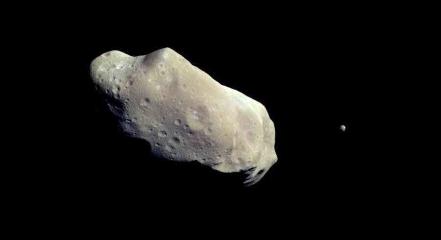 Nasa er i gang med et program, der skal finde de store farlige asteroider, som truer Jorden. 8. september opsendes sonden Osiris-Rex, der i 2018 skal nærstudere og tage prøver af asteroiden Bennu. Asteroiden kan teoretisk ramme Jorden i det 22. århundrede. Free/Nasa