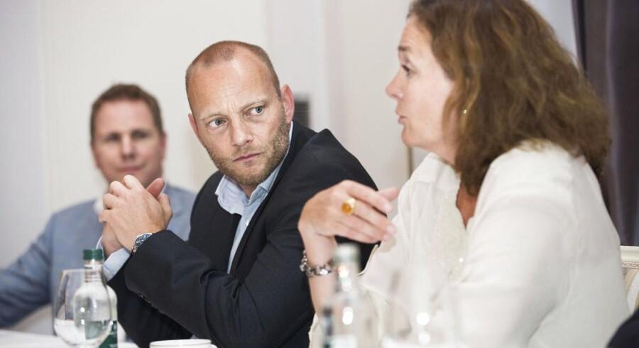 Hilde Tonne (til højre), som lige nu sidder i koncerndirektionen for Telenor, bliver fra 1. august administrerende direktør for det fusionerede Telia/Telenor i Danmark. Søren Abildgaard (i midten), som lige nu er Telia Danmarks administrerende direktør, bliver hendes næstkommanderende. I baggrunden Telenors europadirektør, Kjell-Morten Johnsen. Foto: Nikolai Linares