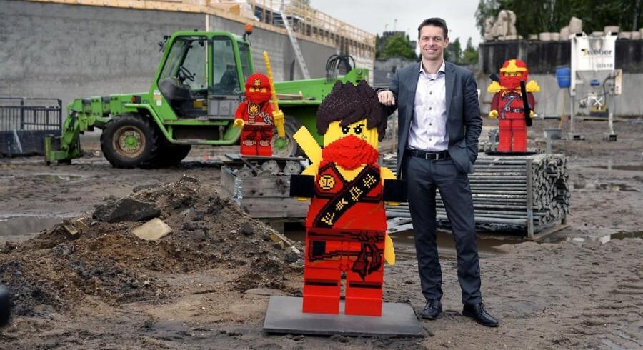 Direktør Christian Woller præsenterer en Legomand på byggeplads. I 2016 udvider Legoland parken med mere end 5000 m2, hvor et helt nyt land i løbet af vinteren vil skyde op.