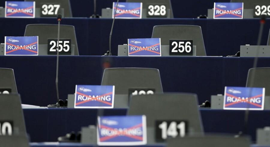 Europaparlamentet var klart utilfreds med EU-landenes udsættelse af dødsstødet til den forhadte roamingafgift for at bruge mobiltelefonen og dataforbindelsen i udlandet, som det ses på skiltene ved parlamentarikernes pulte under en debat i sidste uge. Arkivfoto: Vincent Kessler, Reuters/Scanpix