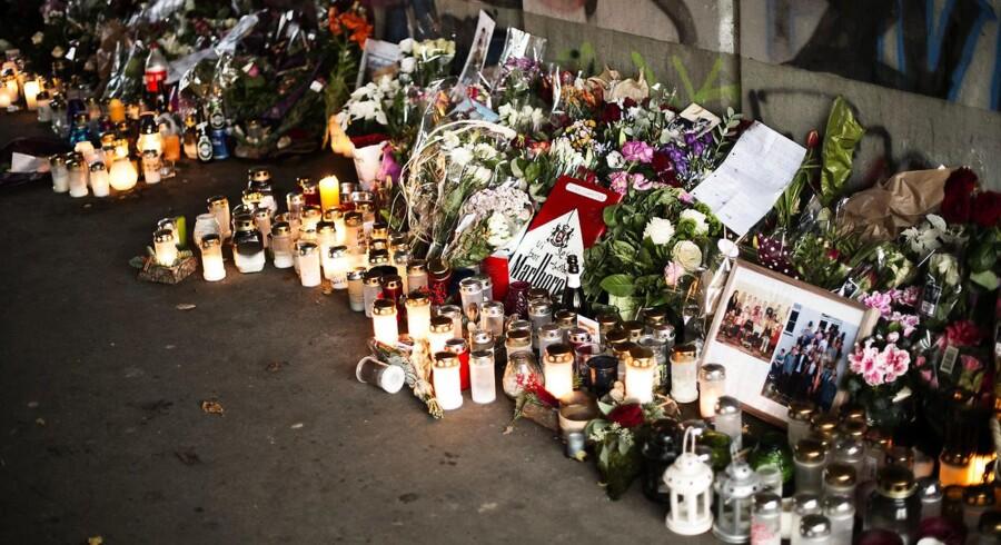 """Mads Skjoldsøge på 17 år blev stukket ihjel i en gangtunnel i Hillerød tæt ved Handelshøjskolen, han gik på. Tunnellen er nu blevet til mindetunnellen """"Mads' Tunnel"""" med mange blomster, lys og mindebeskeder. Fotograferet fredag den 13. november 2015."""