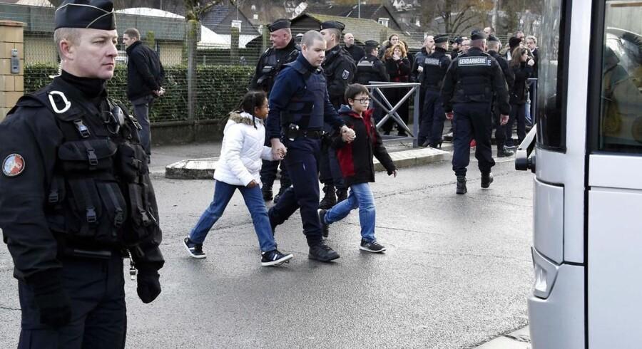 Under massiv politibevogtning bliver børn evakueret fra deres skole i Dammartin-en-Goele i det nordøstlige Paris, hvor de to brødre, der er mistænkt for at stå bag massakren på Charlie Hebdo, befinder sig.