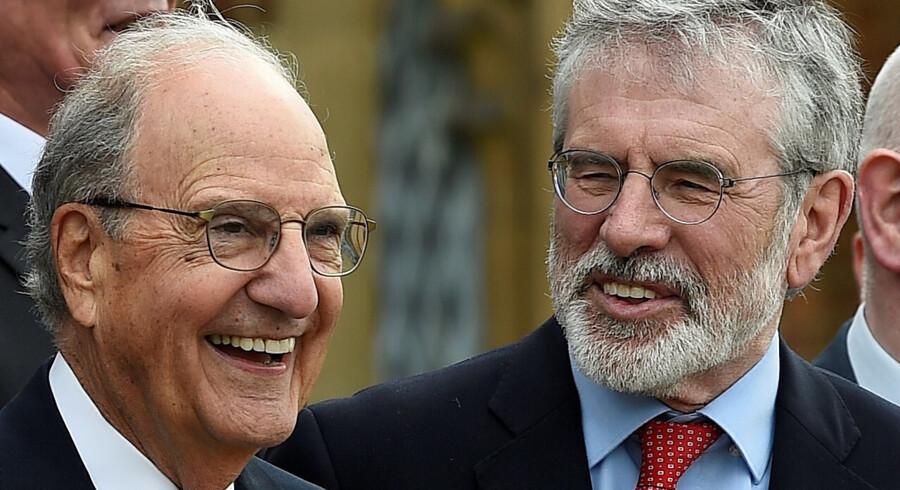 Gerry Adams (til højre) mødtes i april med den tidligere amerikanske senator George Mitchell. Clodagh Kilcoyne/arkiv/Reuters