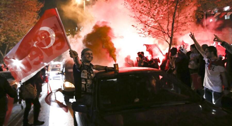 Billede fra fejringen af dagens folkeafstemning i Tyrkiet.