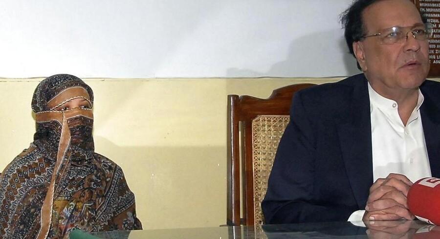 Billede fra 2010 af Asia Bibi sammen med guvernør Salman Taseer inde i fængslet.