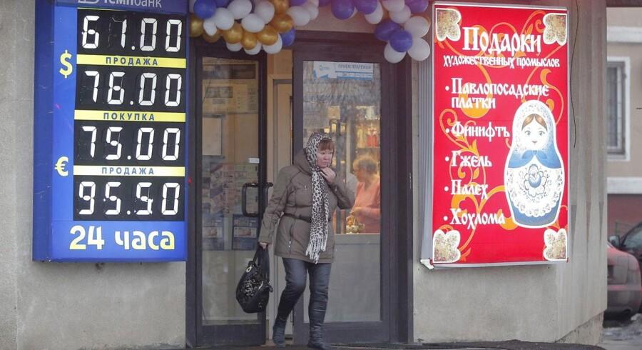 Den russiske økonomi er i store problemer, men danskernes pensionsopsparing holder sig - så vidt det er muligt - ude af problemerne.