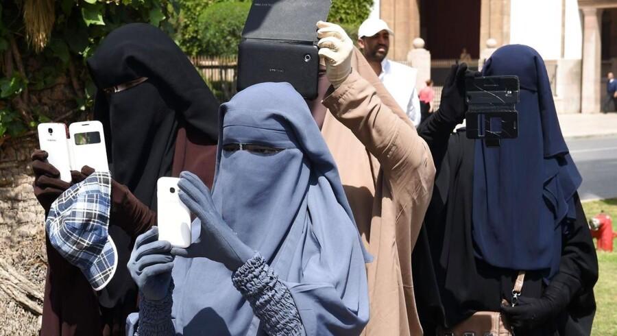 Niqab er betegnelsen for det slør, som kvinder bærer foran ansigtet, og som kun efterlader huller til øjnene. Niqab er udbredt blandt kvinder fra Saudi-Arabien og landene omkring den persiske bugt. Niqab blev allerede anvendt før islam eksisterede, hvor den blev brugt af både mænd og kvinder som et værn mod sol og sand. Den har også været benyttet i den kristne verden, hvor fornemme kvinder ofte har båret slør for ansigtet.
