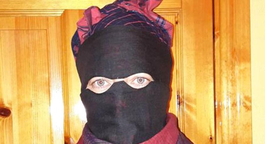 Forfatter og fannik Stinne Berg med en såkaldt strude for ansigtet. Struden er traditionet blevet brugt i forbindelse med den såkaldte Fanødragt. Struden har hun selv syet. Privatfoto