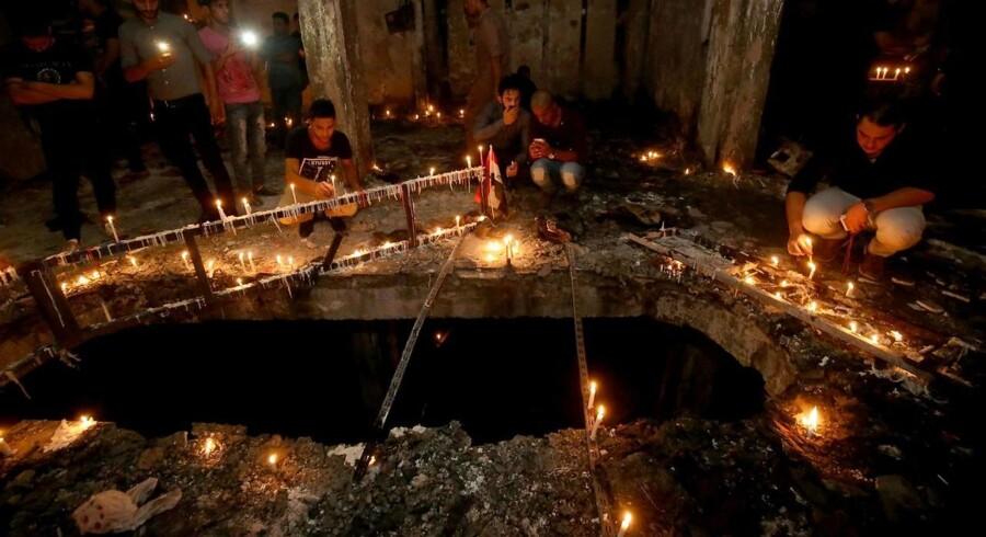 Volden har langt fra sluppet Irak. Her ses en mindeceremoni til ofrene for en selvmordsbombe i weekenden, hvor flere end 250 blev dræbt. Alligvel forsøger mange irakere at vende hjem.