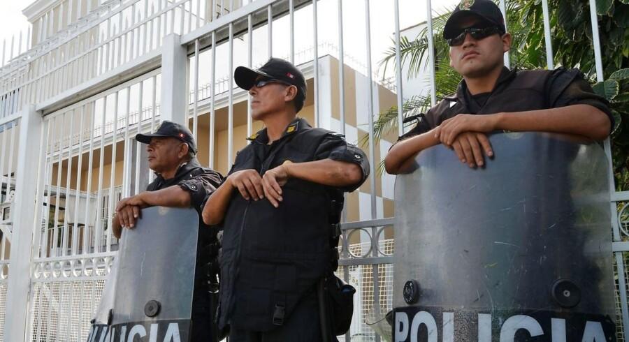 På tv-billeder i Peru har man mandag kunnet se kampklædt politi stå foran en bygning i hovedstaden Limas finansdistrikt, San Isidro.
