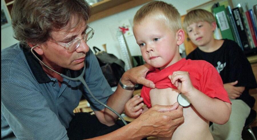 Børnelæger og praktiserende læger må bruge stadig mere tid og ressourcer på »afbekymring« af urolige børneforældre.