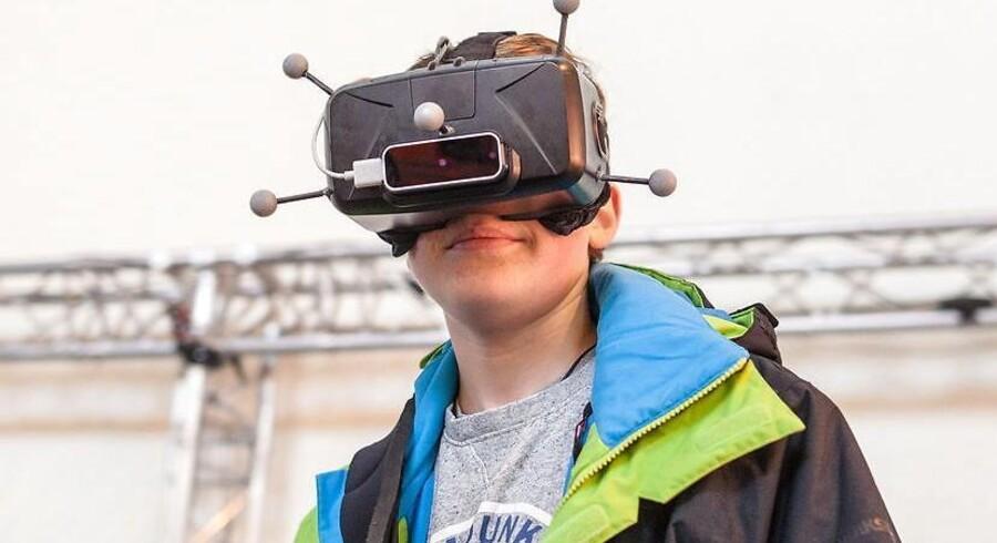 Dette er ikke en rummand men derimod en ung mand med et par af de nye briller til virtuel virkelighed - et begreb, som vi vil stifte meget nærmere bekendtskab med i 2016, hvor alle de store er klar til at lancere deres bud på en bogstaveligt ny verden. Arkivfoto: Christoph Schmidt, EPA/Scanpix