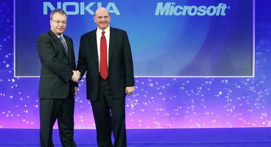 Nokias topchef gennem to år, Stephen Elop, som er tidligere Microsoft-direktør, står som favorit til at overtage ledelsen af Microsoft, når Steve Ballmer (til højre) om senest 12 måneder trækker sig. Arkivfoto: Luke MacGregor, Reuters/Scanpix