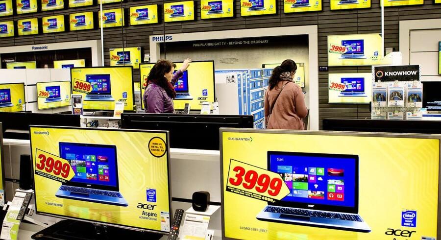Forbrugerelektronik har stadig stor bevågenhed og kaster rigtigt mange penge af sig, men det bliver alligevel til færre udgifter til nye PCer, tavle-PCer og mobiltelefoner i år, viser nye tal. Arkivfoto: Nils Meilvang, Scanpix