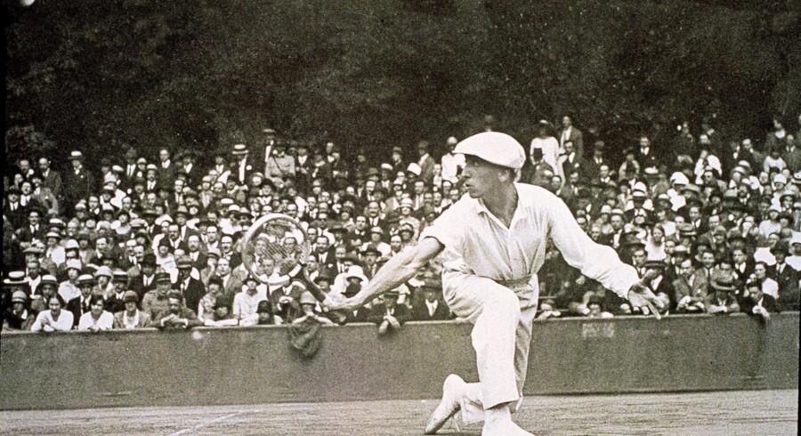 Før sportstøjet blev opfundet, var det kutyme at spille tennis i slacks og langærmet skjorte.