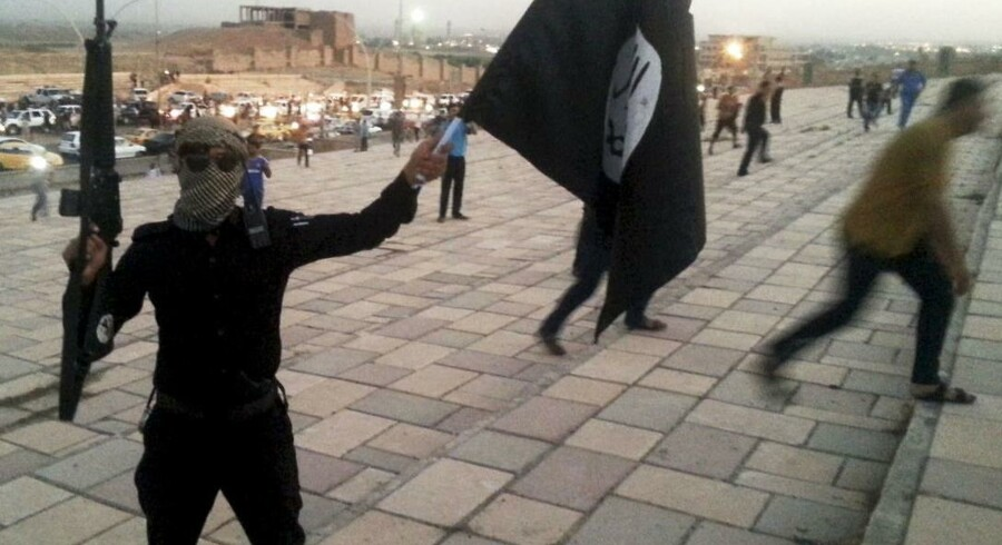 I december mistede Islamisk Stat 2.500 krigere. Ifølge den amerikanske oberst Steve Warren, der befinder sig i Baghdad, er IS i defensiven i øjeblikket. På billedet ses en IS-soldat med et våben og terrororganisationens karakteristiske sorte flag i Mosul i Irak i juni 2014.
